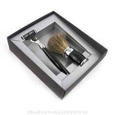 Plisson, 2-elementowy zestaw do golenia. W skład zestawu wchodzi pędzel do golenia Plisson czarny borsuk oraz maszynka na wymienne wkłady Gillette Mach 3. Zestaw w opakowaniu prezentowym.