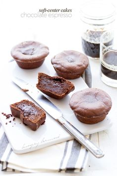Soft-center chocolate espresso cakes - hungrybrownie.com