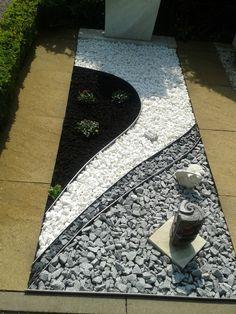 side yard and backyard gravel garden design ideas 21 Backyard Garden Design, Small Backyard Landscaping, Landscaping With Rocks, Landscaping Ideas, Backyard Ideas, Mulch Ideas, Boxwood Landscaping, Stone Flower Beds, Rock Flower Beds