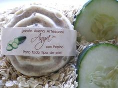 El jabón de Avena con Pepino rehidrata y suaviza la piel devolviéndole la textura y frescura que va perdiendo durante el día, debido a la consecuencia de las agresiones ambientales. Oatmeal Soap with Cucumber hydrates and softens the skin, restoring the texture and freshness that is lost during the day due to harsh environmental conditions.