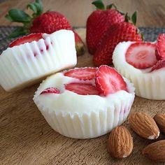Imagen de strawberry, food, almond, yogurt and yummy