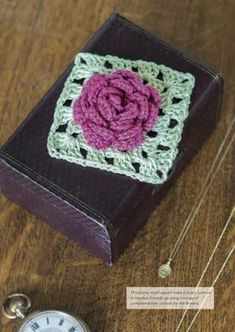 Granny Square Flowers by May Corfield (free pattern @ Underground Crafter) Crochet Hook Set, Love Crochet, Diy Crochet, Crochet Flowers, Crochet Gifts, Beautiful Crochet, Crochet Ideas, Granny Square Pattern Free, Crochet Squares