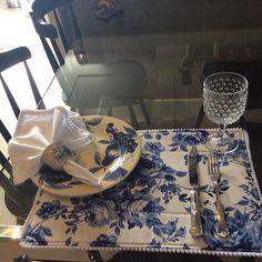 #Jogo Americano#guardanapo em percal com acabamento em grelô#porta guardanapo feito com xícara de porcelana - lançamento da Rose Daúde Home.  Contato: ☎ 55 27 999895816. 📩rosedaude@gmail.com. 📦Enviamos para todo o Brasil e Exterior.