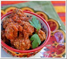 Het basis recept voor gehaktballen kennen de meeste mensen al. Probeer eens een andere variant net als deze overheerlijke kipgehaktballetjes in tomatensaus op Marokkaanse wijze. Net zo makkelijk, maar toch weer wat anders!