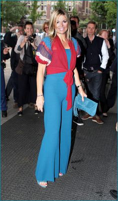 Red,blue and white, the colors of the Dutch flag. She is making a trendy statement in this outfit. Great jumpsuit!