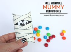 Today Im sharing another Halloween themed free printable pillow box. (Check out the cute monster...