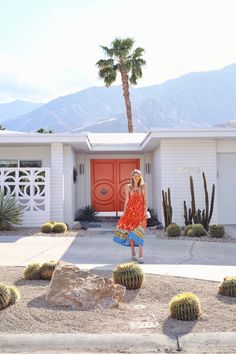 Palm trees, cacti and one giant red door- we're definitely Cali dreaming. All our holiday goals. All in one photo. Ohh Couture, Front Yard Decor, Palm Springs Houses, Garage Door Springs, Palm Springs California, Cali California, Modernism Week, Wanderlust, Spring Door