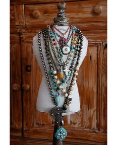 Stacked Jewelry: layered turquoise extra long necklaces love these necklaces. Wouldn't wear them all at once tho Mundo Hippie, Estilo Hippie, Hippie Chic, Modern Hippie, Bohemian Fashion, Hippie Style, Boho Chic, Ethnic Jewelry, Bohemian Jewelry