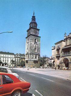 Kraków - ciekawostki, tajemnice, stare zdjęcia ·   Wieża ratuszowa, Kraków, 1972 rok! Zwróćcie uwagę na nawierzchnię wokół krakowskiego rynku oraz na ruch samochodowy, który się wokół niego odbywał :)  Rynek został zamknięty dla ruchu samochodowego 4 stycznia 1979 roku.