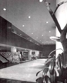 Salon de exposicíon proyectados por el arquitecto Juan Sordo Madaleno para la compañia D. M. Nacaional, un fábrica de muebles de acero. Esquina de 16 de Septiembre y Gantes, Centro, Mexico DF 1951 Foto. Guillermo Zamora  Showroom designed by architect Juan Sordo Madaleno for D. M. Nacaional, a steel office furniture company, Centro Historico, Mexico City 1951