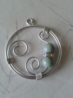 Pendentif en fil d'alu, perles en graines de Tagua ou ivoire végétal et strass