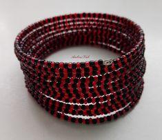Piros és fekete kásagyöngyből memóriadrótra fűzött karkötő.