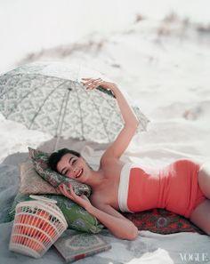Vogue beach shot, retro, one piece swimsuit, umbrella - i want this bathing suit Vogue Vintage, Moda Vintage, Vintage Beauty, Pin Up Retro, Retro Fashion, Vintage Fashion, Nail Fashion, Fashion News, Looks Vintage