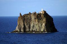 La isla de Strombolicchio es un islote de origen volcánico cerca de las islas Eolias. Y como promontorio rocoso natural, se parece a una fortaleza emplazada caprichosamente en medio del mar. El escenario es tan inusual, que hasta los griegos asignaron el sitio a uno de sus dioses Eolo, quien gobernaba el viento. El faro, es relativamente nuevo, con apenas unos 100 años de historia.