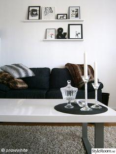 soffa,soffbord,ljus,tavelhylla,ryamatta,pälspläd,pälskuddar,svart och vitt
