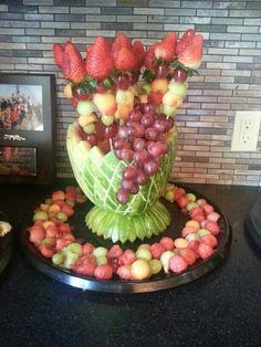 Decoración con frutas Edible Fruit Arrangements, Fruit Centerpieces, Fruit Buffet, Fruit Dishes, Fruit And Veg, Fresh Fruit, Fruit Platter Designs, Fruits Decoration, Deco Fruit