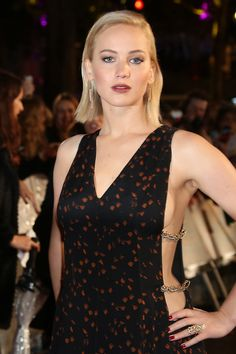 Jennifer Lawrence attends The Hunger Games: Mockingjay Part 2 - UK Premiere at Odeon Leicester Square on November 2015 in London, England. Blonde Actresses, Actors & Actresses, Jennifer Lawrence Hot, Famous Models, Hollywood Celebrities, Famous Women, Hollywood Stars, Most Beautiful Women, American Actress
