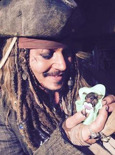 Johnny Depp dá chupeta em formato de caveira para a pequena Jackie Sparrow (Foto: Reprodução / Facebook)