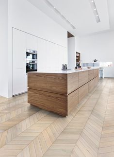 wood lowers white uppers = beautiful timeless kitchen kitchen with wood lowers white uppers. source: Kahrs wood flooring The post wood lowers white uppers = beautiful timeless kitchen appeared first on Design Diy. Best Kitchen Designs, Modern Kitchen Design, Interior Design Kitchen, Kitchen Decor, Interior Ideas, Engineered Hardwood Flooring, Hardwood Floors, Parquet Flooring, Laminate Flooring