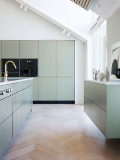 For over three centuries, Gaggenau has been a leading brand for innovative and revolutionary home appliances. Find out here why the difference is Gaggenau! Bespoke Kitchens, Luxury Kitchens, Home Kitchens, Kitchen Cabinets, Kitchen Appliances, Open Plan Kitchen, Minimalist Interior, Kristiansand, Decoration