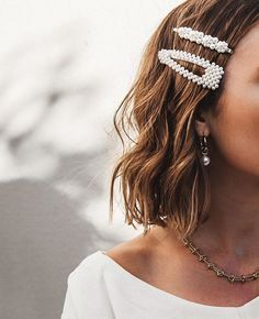 Love love love these pearl hair clips! Pearl barrettes are a must-have hair trend for 2019 Hair Barrettes, Headbands, Scrunchies, Pretty Hairstyles, Braid Hairstyles, Hairstyle Ideas, Hair Ideas, Wedding Hairstyles, Fine Hairstyles