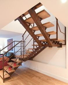 on aime le métal oxydé industriel + bois (Escalier 2/4 Tournant - ESCALIERS DÉCORS® Escalier contemporain sur double limon central en acier oxydé et bois)