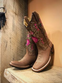 La Morena – Women's Floral Embroidery Square Toe Boots Cute Cowgirl Boots, Cute Cowgirl Outfits, Rodeo Boots, Rodeo Outfits, Cowboy Boots Women, Cute Boots, Western Boots, Cowgirl Dresses With Boots, Fry Boots