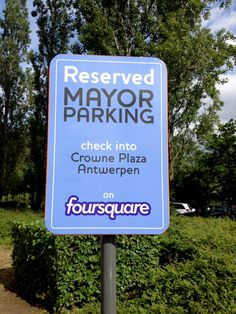 Foursquare est un outil particulièrement puissant pour la génération de trafic en local et la recherche de fidélisation client. De nombreuses offres spéciales sont disponibles dans cet objectif.  L'hôtel Crown Plaza d'Anvers (Belgique) a très bien compris cela. Celui-ci récompense le « Maire » du lieu par une place de parking réservée.