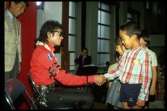 Michael Jackson in Japan :) He always loved babies and all children of the world ღ @carlamartinsmj