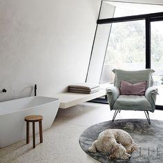Banheiro com Poltrona. Bathroom Design Inspiration, Bad Inspiration, Bathroom Interior Design, Interior Decorating, Elle Decor, Minimalist Bathroom Design, Cosy Corner, Vogue Living, Soft Seating