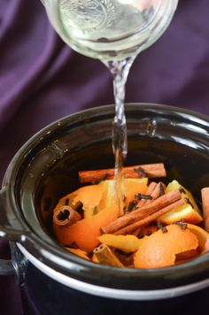 Fall (Cinnamon Orange) Potpourri in your slow cooker crock pot! Makes your house smell like Fall! Stove Top Potpourri, Simmering Potpourri, Fall Potpourri, Homemade Potpourri, Potpourri Recipes, House Smell Good, House Smells, Fall Smells, Crockpot