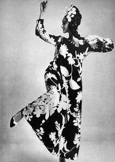 #Mode #design #couture Antonia porte une création Yves Saint Laurent #Photo William Klein - Vogue France, mars 1965
