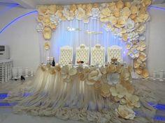 fleurs décoratives de couleur crème et nappe féerique en blanc neige