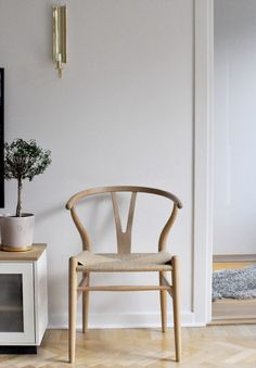 Home of debbie.nu dendardebbie y-chair Swedish tin skultuna reflex brass north . - Home of debbie.nu dendardebbie y-chair swedish tin skultuna reflex brass north face - Furniture Inspiration, Interior Inspiration, Home Decor Furniture, Furniture Design, Interior Styling, Interior Design, Futuristic Furniture, Simple House, Chair Design