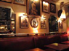 Le café de l'industrie à Bastille. Cadre sympa, belle déco et bon rapport qualité/prix (environ 10€ le plat).