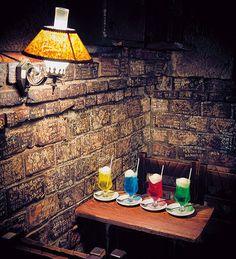 4色揃ったクリームソーダを楽しめる 神保町「さぼうる」でほっこり読書 クリームソーダと楽しむ読書 選りすぐりの東京喫茶店アドレス CREA WEB(クレア ウェブ)