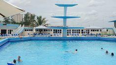 Piscina del Hotel Riviera Habana. En su ubicación junto al océano en la parte oeste del Vedado, el Hotel Riviera, con sus 16 pisos, parece salido de una historia del Miami o Las Vegas de los años 50 del siglo pasado, como de una postal antigua que te lleva de vuelta a una época muy diferente.