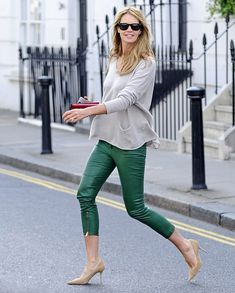 la modella mafia model off duty street style 2013 Elle Macpherson in green leather capri trousers with an oversize sweater and nude pumps 2