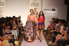 Karishma Kapoor carried a Neha Agarwal Outfit at LFW 2015 Lakme Fashion Week 2015, Senior 2015, Carry On, India, Outfits, Beauty, Places, Tall Clothing, Hand Luggage