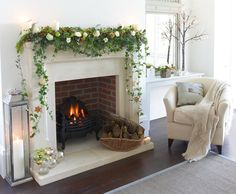 Terrific Cost-Free Bridal Shower Decorations fireplace Style Some sort of wedding planning bathtub can be an enjoyable function for your bride's good friends and loved one. Christmas Door Wreaths, Christmas Fireplace, Christmas Flowers, Simple Christmas, Beautiful Christmas, Christmas Home, Christmas Garlands, Cottage Christmas, Winter Flowers