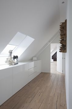 Here we explain how you can successfully implement the lifestyle of minimalism. Minimalism - THE HOUSE Tri it Fit triitfit Living Here we explain how you can successfully implement the lifestyle of mi Loft Room, Bedroom Loft, Bedroom Decor, Bedroom Ideas, Attic Bedroom Storage, Small Bedrooms, Attic Bedroom Designs, Attic Bedrooms, House Ideas