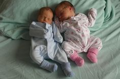 Gêmeos prematuros são resgatados de casa inundada na Inglaterra