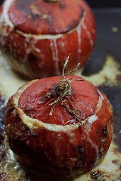 Kürbissuppe nach Paul Bocuse. Der Kürbis wird ausgehöhlt und mit Crème Double, Knoblauch und Gruyère gefüllt und im Ofen geschmort.