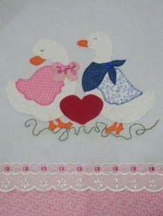 Pano de prato em patch aplique Bird Applique, Machine Embroidery Applique, Applique Quilts, Hand Embroidery, Quilt Patterns Free, Applique Patterns, Applique Designs, Patch Quilt, Quilt Blocks