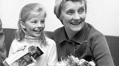 Astrid Lindgren und Inger Nilsson auf einem Sofa.