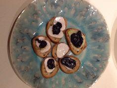 Apéritif aux truffes et au radis noir. Empilez une rondelle de pain légèrement grillée, une tranche de radis, une de truffe et ajouter une goutte d'huile d'olive et du sel de Guerande.