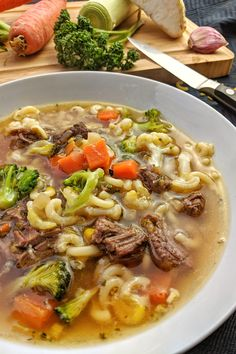 Noodle soup with beef and fresh vegetables - healthy, tasty and inexpensive - Noodle soup with beef is a delicious, down-to-earth dish that consists of nothing but healthy, fres - Thai Beef Recipe, Thai Beef Salad, Easy Soup Recipes, Beef Recipes, Healthy Recipes, Quick And Easy Soup, Quick Easy Meals, Catering Food, Food Categories