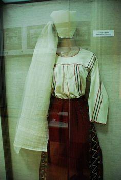 Costum de femeie din Dobrogea -  Dunareni, judetul Constanta.  camasa cu platca si pestelca / pistelca https://web.facebook.com/CusaturiDobrogene/