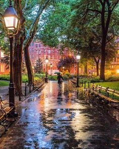 Washington square park NYC - New York - my favourite city in the world Washington Square Park Nyc, Ville New York, Beautiful Places, Beautiful Pictures, Rain Photography, When It Rains, Jolie Photo, City Streets, Rainy Days