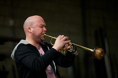 André Heuvelman vertelt zijn verhaal en speelt de improvisaties tijdens InspiratiePodium Arnhem #13, Inspiratiehuis Arnhem, Locatie; De Smidse, Film- en fotostudio Alain.nl
